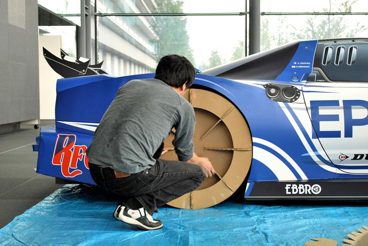Samochód Honda NSX z kartonu - koło