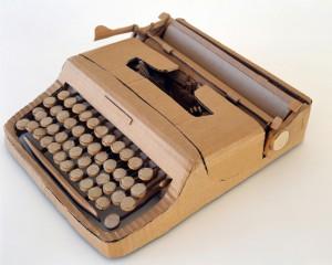 Maszyna do pisania wykonana z tektury