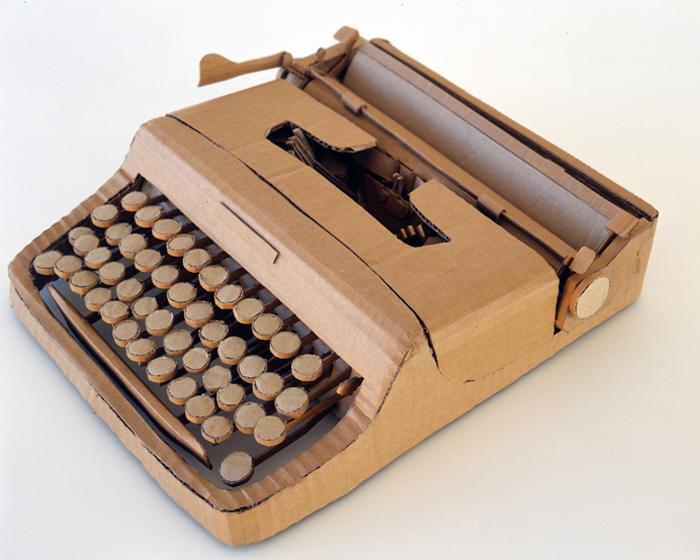 Maszyna do pisania wykonana za tektury