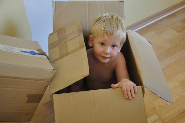 dziecko w pudełku