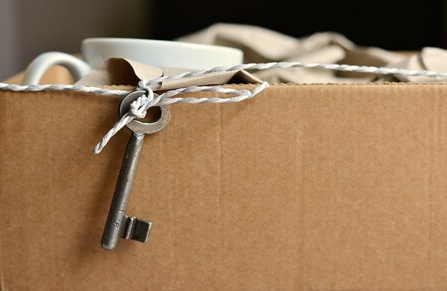 Pudełka i opakowania kartonowe w małym mieszkaniu