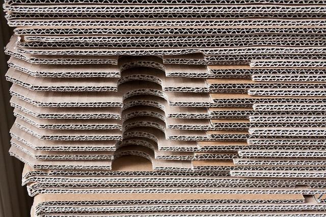 stos kartonów tekturowych